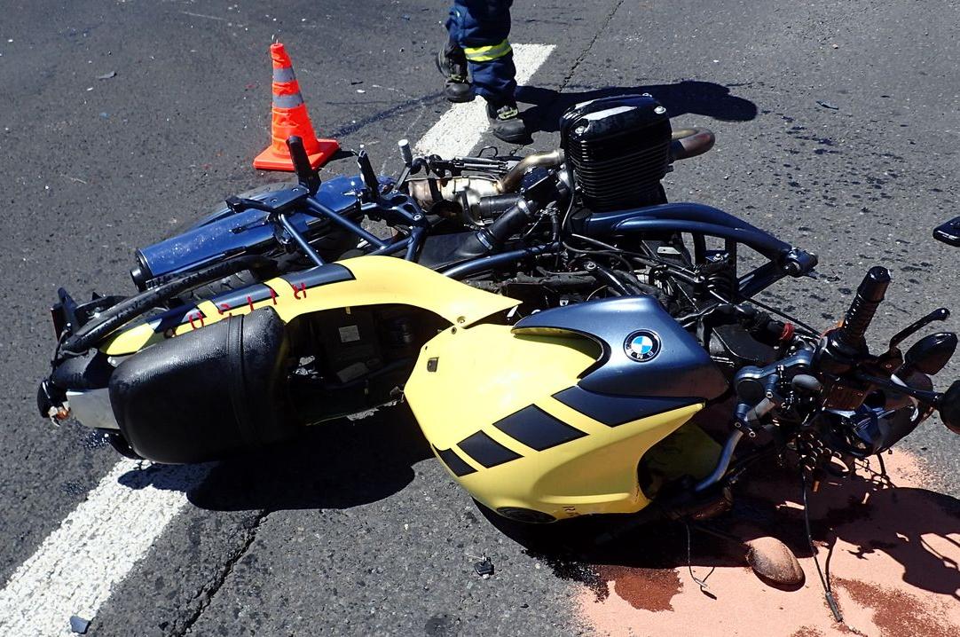 Srážka s dodávkou. Motorkář zemřel na silnici u Velešovic