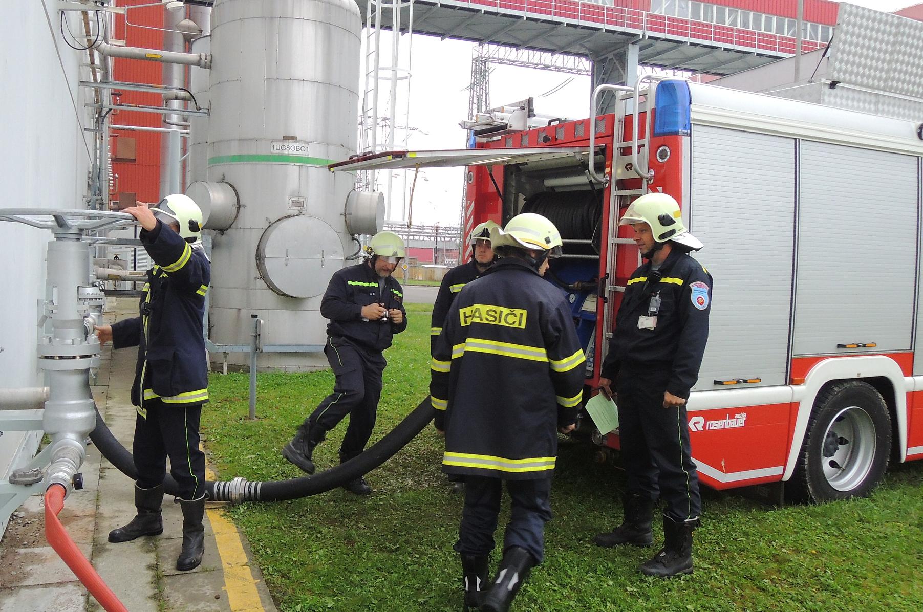 Temelínští hasiči v rámci cvičení dezinfikovali školy